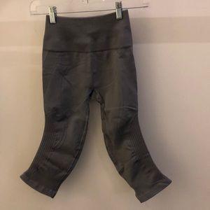 lululemon athletica Pants - Lululemon gray crop legging, sz 4, 70953